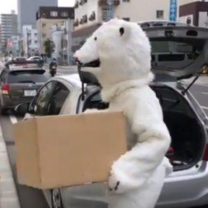 シロクマがトランクルームに荷物を運ぶ!新ムービー公開中